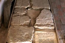 Az Első Román Iskola, Costea atya sírköve - 1477 év okt 2 nap megboldogultak Popa Costea Brassóból örök emlékezetül -, Fotó: Robert Lázár