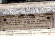 """Kemény-ház, """" Ennek a háznak az erkélyéről szólott Deák Ferenc és Vörösmarty Mihály a féklyásmenetben tisztelgő ifjusághoz 1845 május 18.án. Megjelölte az Erdélyi Irodalmi Társaság kegyelete 1908.május 17.-én. Pontosítás: az említettek 16-án jártak a házban, a ház elől szóltak az ifjusághoz, és a táblát 1903-ban helyezték el oda, Fotó: WR"""