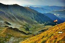 Bypassing through Strunga Doamnei hiking trail, Făgăraș mountains, Photo: Dénes László