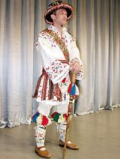 Gorzs-i népviselet a Brassói Poienita néptáncegyüttes tagjain