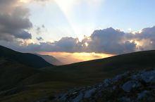 Így látszik a Retyezátból, amint a Țarcu fölött felkel a Nap, Fotó: Bogdan Danciu