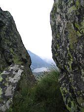 Lacul Galeșu printre stâncile Porților Închise, Foto: Andreea Varjoghe