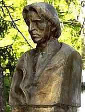 Casa memorială George Enescu; Statuia lui George Enescu